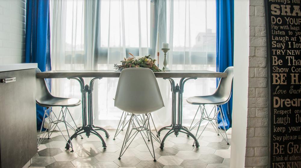 Лофт из «однушки» со столовой на балконе