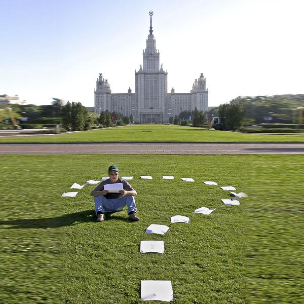 Где оно? Человек ищет в Москве место получше