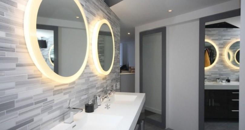 Зеркало с подсветкой в ванной для апартаментов