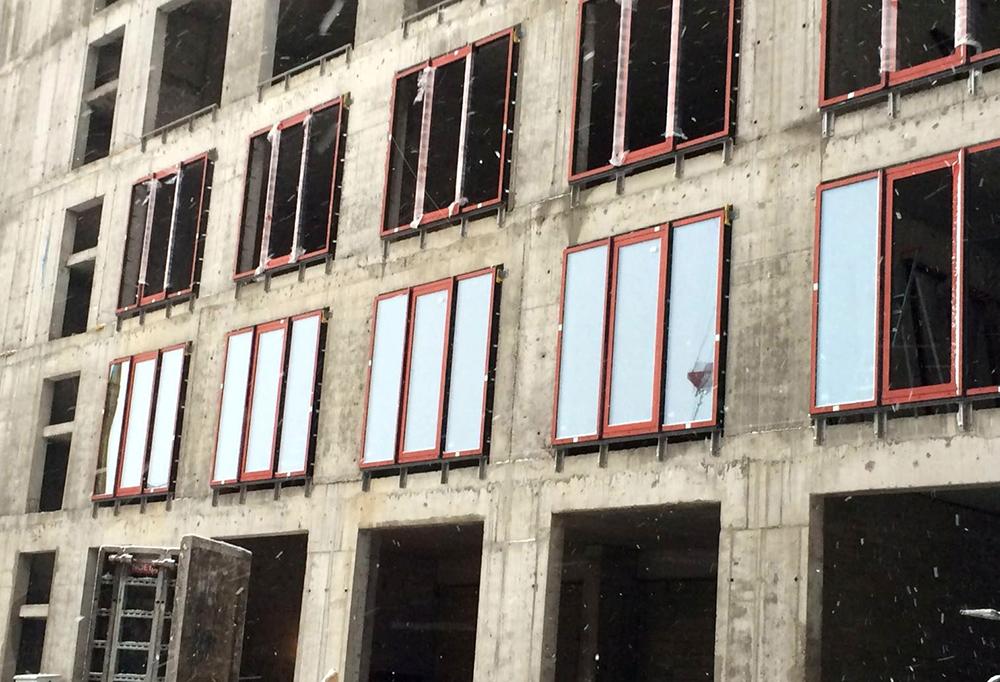 В лофт-квартале Docklands начались работы по остеклению
